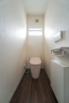 フチなし形状&トルネード洗浄のTOTOタンクレストイレと、紙巻器付きの埋込収納棚は、リクシル(TSF-211U/ホワイトカラー)です。紙巻器付きの埋込収納棚は、リクシル(TSF-211U/ホワイトカラー)です。埋め込み収納の中にトイレグッズ、お掃除道具を収納すればトイレ空間を広く使えスッキリ 収納機能一体型で紙巻ロールが2連のタイプです。 #トイレ収納 #タンクレストイレ #埋め込み収納 #紙巻き器 #クロス #壁紙