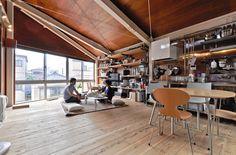 3階のLDKスペース。床は建設現場の足場に使用されている35㎜厚のスギ板を使用。壁と天井はベニヤにクリアニス仕上げ。陽に当たって竣工時よりも色が濃くなっているという。