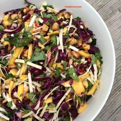 Chou rouge, mangue et notes asiatiques, une salade qui rencontre un véritable succès lors d'un pique nique, sur un buffet ou comme accompagnement pour un BBQ par exemple! Parfumée, colorée et savoureuse.