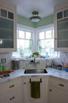 New kitchen corner sink storage small spaces Ideas Kitchen Sink Window, Kitchen Sink Design, Kitchen Corner, New Kitchen, Kitchen Dining, Kitchen Decor, Kitchen Cabinets, Kitchen Windows, Corner Windows