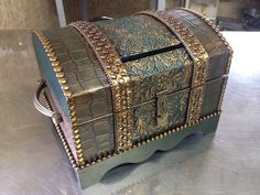 Baú envelhecido Decoupage Box, Decoupage Vintage, Islamic Paintings, Antique Chest, Wooden Chest, Altered Boxes, Card Box Wedding, Craft Box, Treasure Boxes