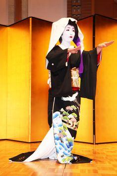 奈良・大和路の四季の移ろいを、その独特の風情に浸りながら、自然体でとらえた作品です。| Geiko Satsuki and Sayaka dancing in formal black kimono