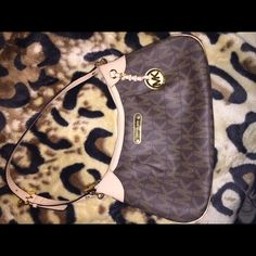 Michael Kors jet set on hold Medium size purse .. In excellent condition 100% authentic MICHAEL Michael Kors Bags
