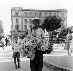 Σπάνια φωτογραφία από την Αθήνα του 1960. Σφουγγαράς στην πλατεία Κοτζιά