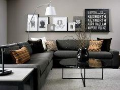 Woonkamer met hoekbank, kussens in verschillende natuurlijke tinten. De ronde salontafel past goed bij de rechte lijnen van de hoekbank..