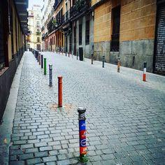#arteurbano #malasaña #condeduque #condeduquegente #pintura #bolardo #bolardos #paint #city #ciudad #mensajes #messages #madrid #street #calle #urban #art #urbanart #adoquines #calle by oinside