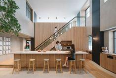 なんの変哲もないオフィスビルの10階。最先端企業がここに?と思いながらも、扉をあけると、いきなりコレ | Airbnbの東京オフィスがおしゃれすぎて、社員じゃなくても働きたいレベル