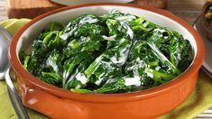CREAMED SPINACH - Simple but great, this creamed spinach recipe with chicken stock is the perfect side dish for hearty family meals. Spinach Recipes, Chicken Recipes, Cream Patisserie, Flaky Biscuits, Milk Cake, Keto, Creamed Spinach, Cream Frosting, Cream Cake