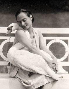 Russian ballet dancer Anna Pavlova with her pet swan Jack, 1905 Anna Pavlova, Black White Photos, Black And White, Vintage Ballet, Swan Lake, Ballet Dancers, Vintage Hollywood, Grimm, Vintage Photographs