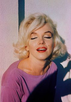 Marilyn Monroe-NOT this is Marilyn with photoshopped pink hair.Marilyn never had pink hair. Marylin Monroe, Divas, Chance Chanel, Actrices Hollywood, Norma Jeane, Mode Vintage, Vintage Glamour, Vintage Pink, Brigitte Bardot