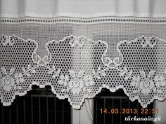 Crochet lace tablecloth square with flower and diamonds motif. Many beautiful filet crochet valances, curtains, doilies etc. Filet Crochet, Crochet Borders, Crochet Shawl, Crochet Patterns, Crochet Buttons, Thread Crochet, Crochet Doilies, Crochet Stitches, Crochet Home
