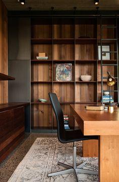 regał w salonie- stalowa konstrukcja, plecy okładzina drewniana ściany(+elementy szklane)