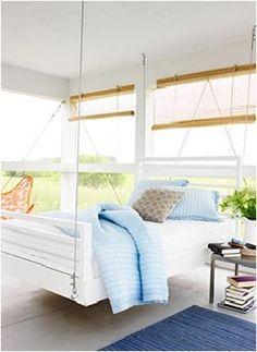 Os modelos de cama suspensas podem ser variados, geralmente é uma base de madeira, levantada por cordas, correntes de metal ou embutidas na parede de concreto
