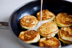 Quarkpuffer mit Saurer Sahne und Ahornsirup [Syrniki] // Curd Cheese Pancakes with Sour Cream and Maple Syrup // Olia Hercules // Berliner Küche