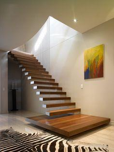 Immagine scala moderna sospesa realizzata in legno massello - sostenuta con fili d'acciaio