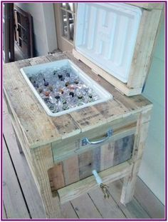 This recycled pallet cooler stand is a best design for your home in hot summer season. It has a look of rustic pallet cooler. This pallet cooler stand is a Wooden Pallet Projects, Wooden Pallet Furniture, Pallet Crafts, Wooden Pallets, Diy Furniture, Diy Projects, Pallet Ideas, Furniture Design, Project Ideas