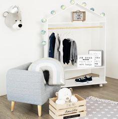 Τέλεια και πρακτική ξύλινη ντουλάπα με ροδάκια για να κρεμάσει τα αγαπημένα του ρούχα και να την μετακινείτε όπου εσείς θέλετε! Κρεμάστε τα ρουχαλάκια του και στο κάτω μέρος αποθηκεύστε τα παπούτσια ή άλλα αξεσουάρ! Toddler Bed, Baby, Furniture, Home Decor, Ellie, Products, Wardrobes, Timber Wood, Homemade Home Decor
