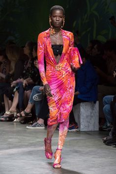 Versace Spring 2020 Ready-to-Wear Fashion Show - Vogue Donatella Versace, Gianni Versace, Men Fashion Show, Catwalk Fashion, Fashion Show Collection, Fashion 2020, High Fashion, Milan Fashion, Summer Collection