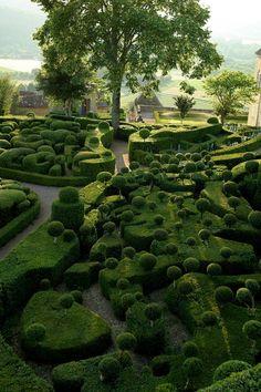 Gardens of Marqueyssac. Belvédère de la Dordogne. El parque del castillo de Marqueyssac es uno de los logros más bonitos de la historia de los jardines franceses. Diseñado para pasear, domina desde sus altos acantilados de piedra caliza el valle de Dordoña. Ofrece la vista más bonita del Périgord.