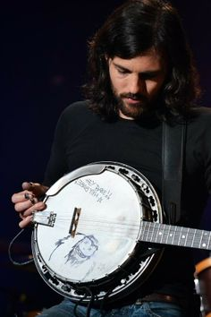 Love his drawings he does on his banjo