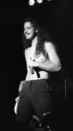 Chris Cornell rockin' a Pearl Jam shirt (obviously) Anthony Kiedis, Most Beautiful Man, Beautiful People, Beautiful Things, Gorgeous Men, Say Hello To Heaven, Temple Of The Dog, Idol, Rock Legends