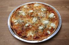 pizza met ui, tomaat, courgette, mozzarella, geitenkaas, feta