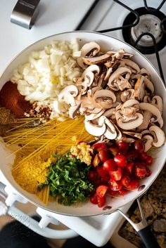 This simple dinner of One Pot Mushroom Spaghetti will have you satiating your evening hunger in no time! Vegan Recipes Videos, Vegetarian Recipes, Cooking Recipes, Healthy Recipes, One Pot Spaghetti, Vegan Spaghetti, Greek Recipes, Italian Recipes, Healthy Snacks