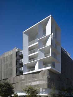 주차장 옷을 입다. 샌프란시스코 재개발지역에 7개층으로 구성된 주차빌딩 몇몇 연구소와 오피를 지원하고 있네요. 남측과 동측 공용플라자와 면하는 입면에 갈색알루미늄 판넬을 사용하여 캘리포니아산 적색삼나..