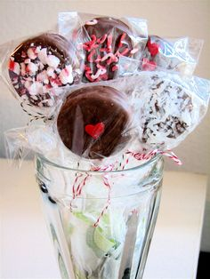 Oreo Pops! These will be a great alternative to cupcakes to bring to my daughter's class on her birthday!