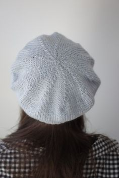 Simple Beret is another super versatile hat pattern from designer Hannah Fettig. With this simple, straight-forward pattern you can knit a chic beret in four different yarn weights. The pattern includes instructions for making the Simple Beret in fingerin Knitting Patterns Free, Free Knitting, Baby Knitting, Bonnet Russe, Knit Crochet, Crochet Hats, Crochet Beret Pattern, Knitted Beret, Beanies