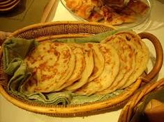 Meloui, Msmen, or Rhgifa is a traditional flat bread in Morocco. It is very delicious usually eaten with some honey and hot mint tea, or coffee. Gourmet Recipes, Baking Recipes, Healthy Recipes, Moroccan Kitchen, Algerian Recipes, Chicken Plating, How To Read A Recipe, Lamb Curry, Flatbread Recipes