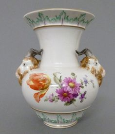 KPM Vase mit Bocksköpfen als Maskaronen Blumen Dekor, Gold Staffage