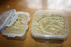 Papričky zbavíme stopek, překrájíme na menší díly, část rozmixujeme a přilijeme olej. Potom přidáme překrojená rajčata a postupně přidávame... Chili, Container, Pasta, Food, Chile, Essen, Meals, Chilis, Yemek