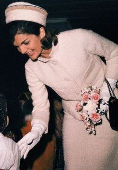 Jackie Kennedy Lady with TONS of class! speaking to a little girl at Fashion Show, 1962 Jacqueline Kennedy Onassis, Estilo Jackie Kennedy, John Kennedy, Les Kennedy, Jaqueline Kennedy, Grace Kelly, John Junior, John Fitzgerald, Moda Vintage