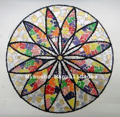 Mandala hecha con mosaico de cáscara de huevo, pintado con acrílicos.  Taller de adulto, marzo 2015.  www.misuenyo.com / www.misuenyo.es