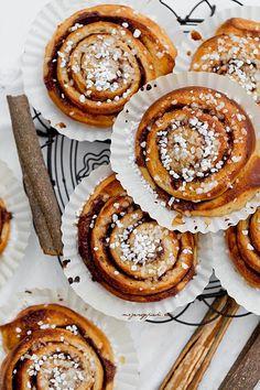 Swedish cinnamon rolls, yes please! Baking Recipes, Cake Recipes, Dessert Recipes, Cinnamon Desserts, Yummy Treats, Yummy Food, Donuts, Bread Appetizers, Cupcakes