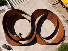 A Richard Serra sculpture - Scultura di Richard Serra Richard Serra, Land Art, Sculpture Metal, Modern Sculpture, Video Artist, Arte Popular, Art Moderne, Process Art, Environmental Art