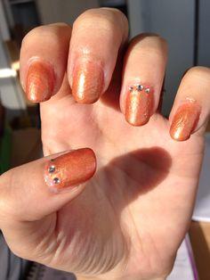 nail art avec dégradé orange comme base et ajouts de pigments couleur or