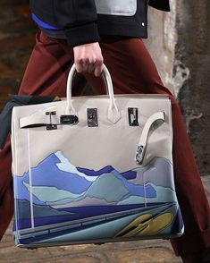 Not crazy for the brand thing, but I love how they go creative! Hermes - Ready-to-Wear - Runway Details - Men Spring / Summer 2018 Hermes Men, Hermes Bags, Hermes Handbags, Hermes Birkin, Purses And Handbags, Birkin Bags, Hermes Store, Fall Handbags, Fashion Bags
