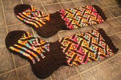 Facebookin villasukkaryhmän on vallannut uusi villitys: Villitys-kirjoneulesukat. Ensin sukkia esiintyi yhdet, sitten toiset ja sitt...