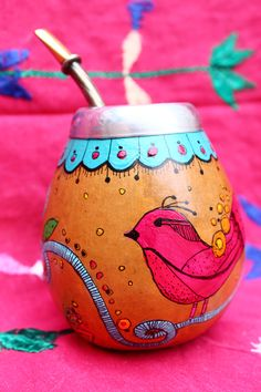 Mate Paper Mache Bowls, Yerba Mate, Diy And Crafts, Arts And Crafts, Hand Painted Wine Glasses, Bottle Painting, Painted Pots, Clay Pots, Bird Feathers