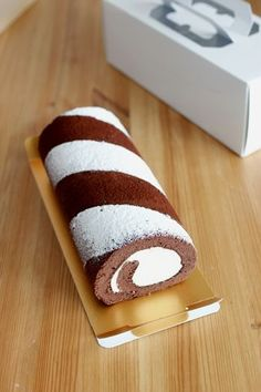 This tiramisu roll cake looks cool with the dusting of sugar Asian Desserts, Köstliche Desserts, Delicious Desserts, Dessert Recipes, Jelly Roll Cake, Swiss Roll Cakes, Dessert Original, Cake Roll Recipes, Cake Packaging