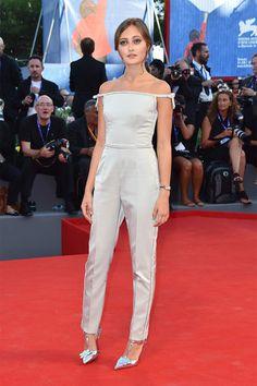 Ella Purnell con un jumpsuit de Prada