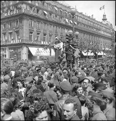 8 mai 1945 Paris, des militaires français et américains se mêlent à la foule parisienne. Photo Ecpad