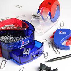 Set da scrivania composto da porta-oggetti, portascotch ed evidenziatori dallo speciale design ispirato al logo Europ Assistance.
