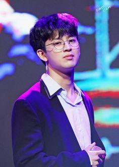 yunhyeong + specs = the death of me Ikon Kpop, Chanwoo Ikon, Kim Hanbin, Yg Ikon, Yg Entertainment, Ikon Songs, Ikon Member, Jay Song, Musica