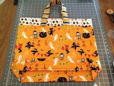 Fabric Mill: Trick or Treat Bag Tutorial Diy Halloween Trick Or Treat Bags, Halloween Bags, Halloween Projects, Halloween Ideas, Halloween Costumes, Halloween Quilts, Halloween Sewing, Bag Pattern Free, Bag Patterns To Sew