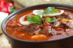 """Bogracz czyli jedna z najlepszych potraw kuchni polskiej. To nie pomyłka. Bogracz, choć mocno inspirowany kuchnią węgierską, stanowi część rodzimej sztuki kulinarnej. Jak ryba po grecku albo pierogi ruskie. """"Bogrács""""to po węgiersku po prostu kociołek mocowany na trójnogu, który stawia się nad ogniskiem i najczęściej gotuje w nim zupę gulaszową (gulyásleves).Jej główne składniki to tłuste … Bbq Grill, Grilling, Goulash, Recipes From Heaven, Thai Red Curry, Stew, Chili, Food And Drink, Healthy Recipes"""