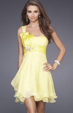 Este vestido de color amarillo que vemos en la imagen es ideal para una jovencita vaya a una fiesta, con este vestido estarás cómoda y sobre todo te verás preciosa y tenlo por seguro que te sentirás muy envidiada por las demás chicas de la fiesta.