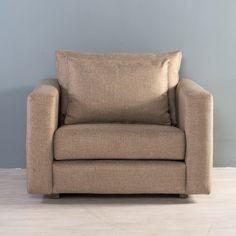 Sillón individual acolchonado para permitir una mayor comodidad. Sus cojines con espuma transpirante mantendrán tu asiento fresco. Combina su diseño contemporáneo con tu espacio favorito. Puedes acompañarlo con sofá, mobiliario y accesorios que puedes encontrar en MÓBICA.
